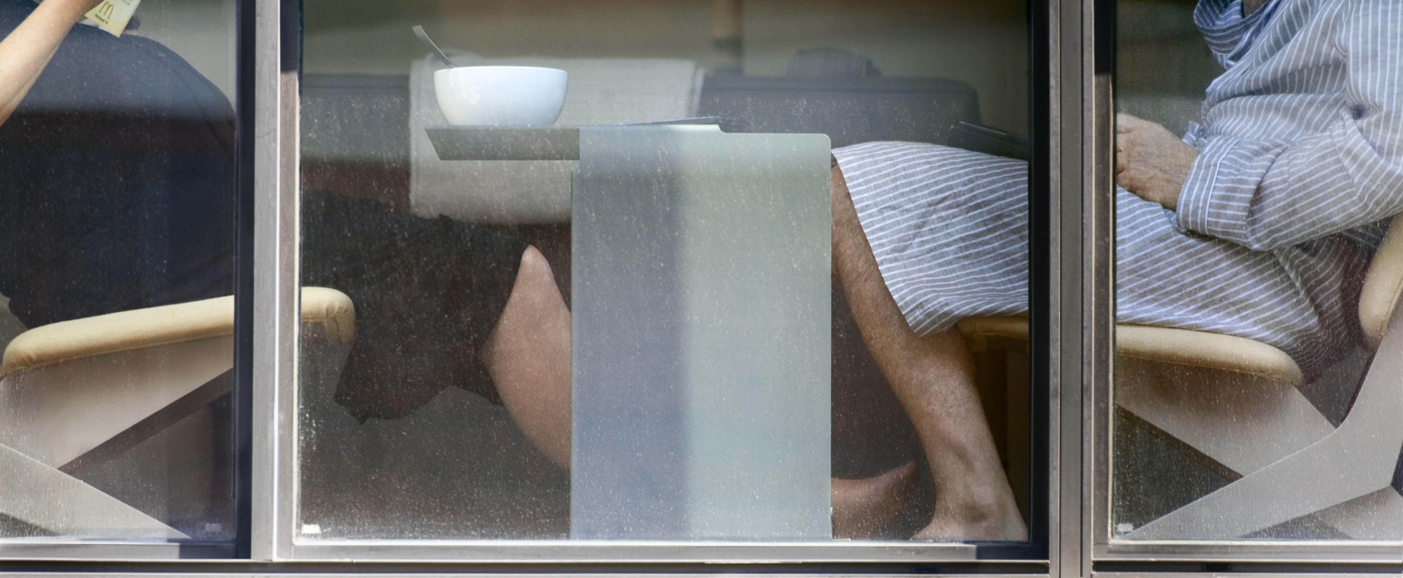 Снимает девушку через окно 10 фотография